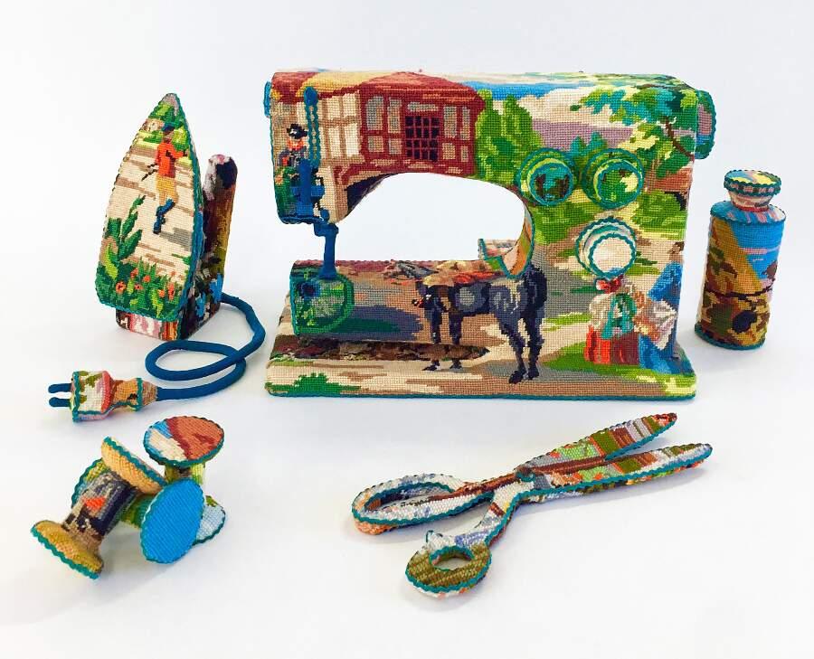 Vecchi oggetti di casa avvolti con ricami punto croce, Ulla Stina-Wikander