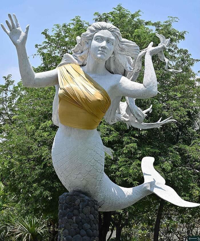 Parco tematico copre i seni delle sue statue di sirene per salvare i