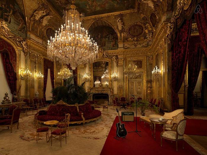 Visita privata al museo Louvre di Parigi e pernottamento gratis nella piramide di vetro, Airbnb