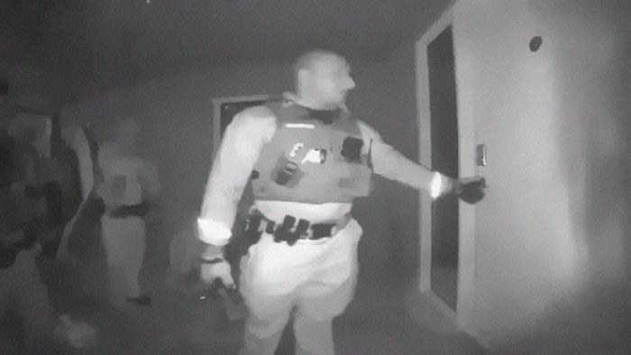 Bambino con febbre a 40,5° tolto ai genitori no-vax da una squadra speciale SWAT