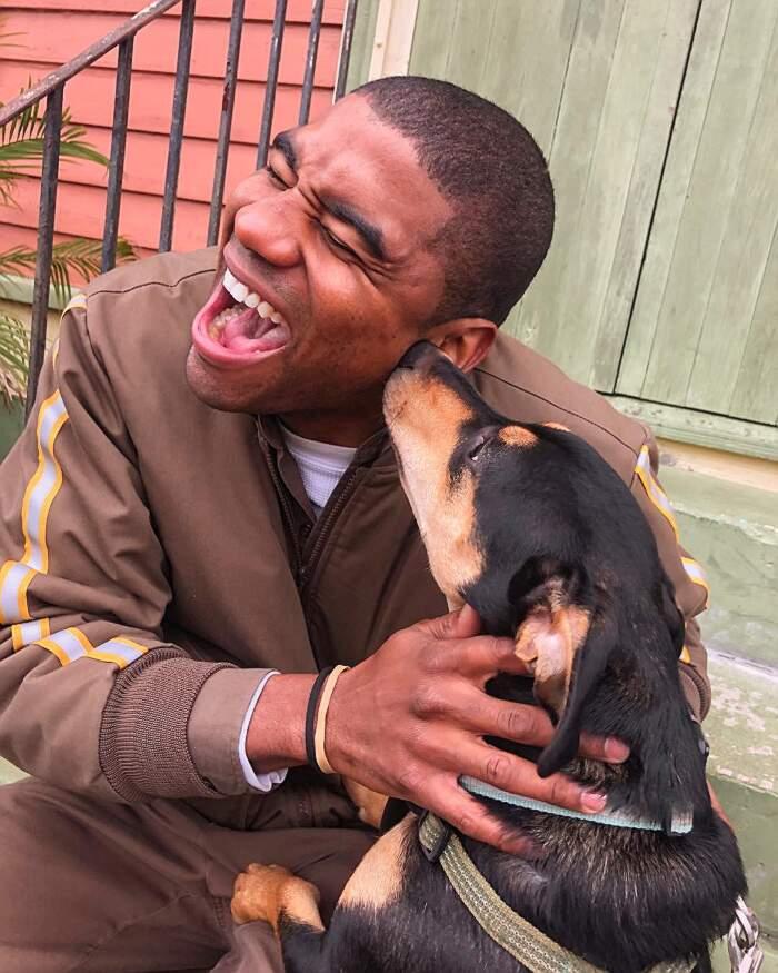 Postino UPS si fa una foto con tutti i cani nelle case dove consegna