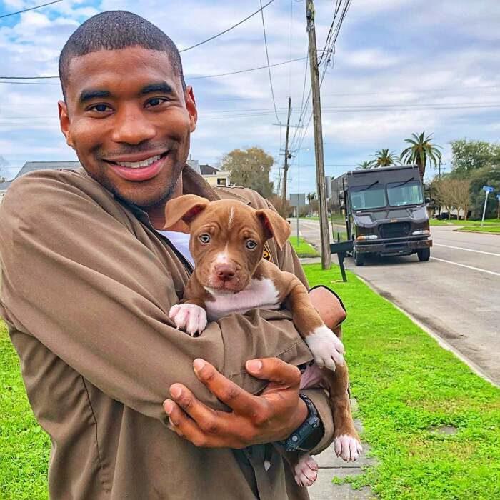 Simpatico postino UPS si fa una foto con tutti i cani nelle case dove consegna