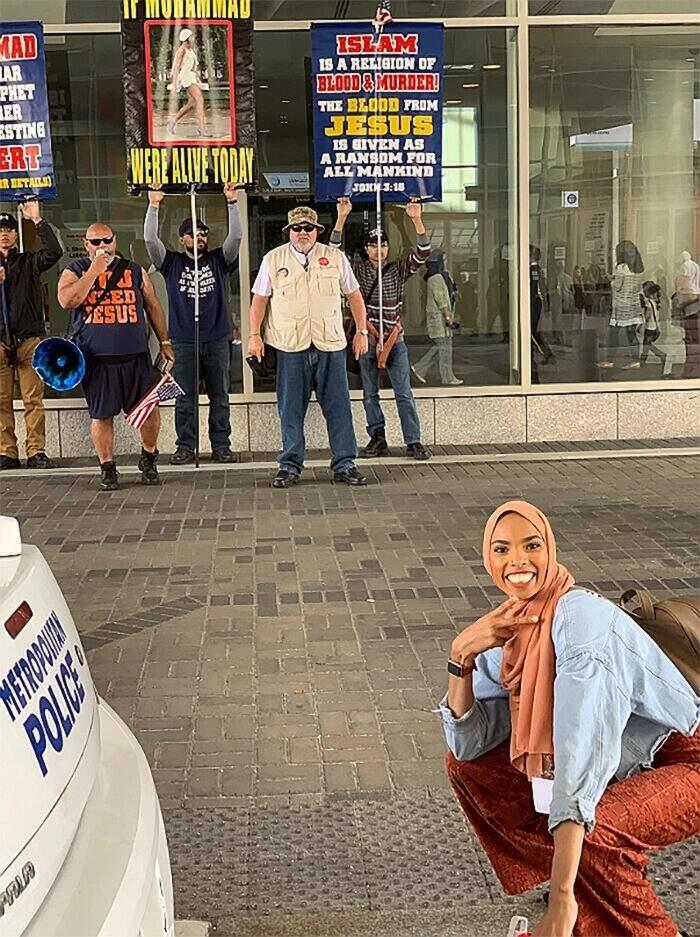 Questa donna musulmana ha risposto con il sorriso a dimostranti anti-Islam ed è diventata virale