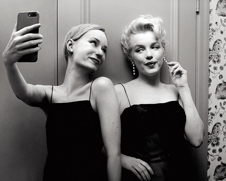 Scatta Selfie Con Celebrità Del Passato Flora Borsi