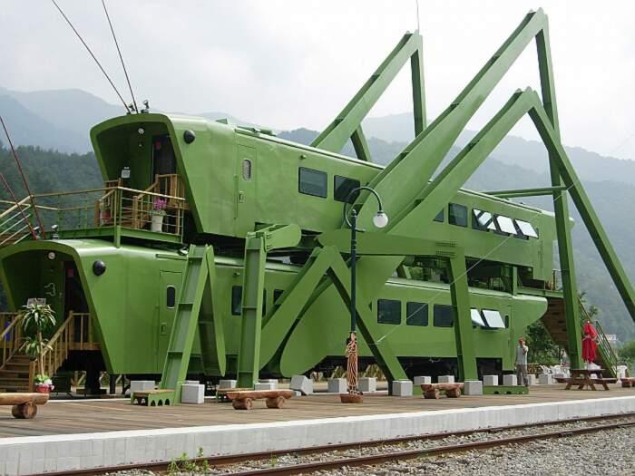 Stazione treno a forma di due gigantesche cavallette che si accoppiano