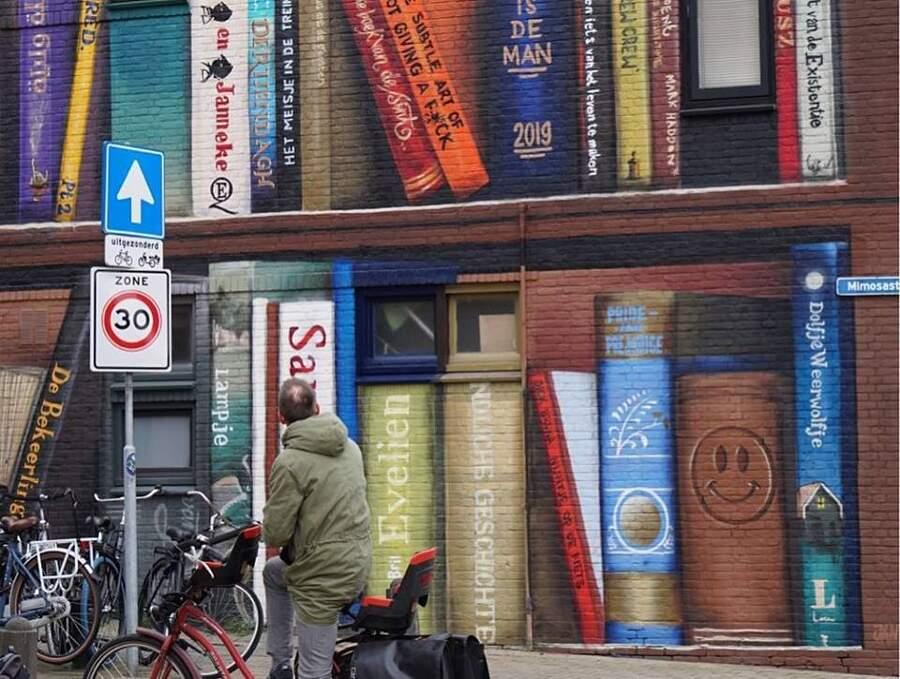 Street art palazzina libreria con le letture preferite degli abitanti ad Utrecht