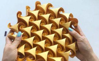 Artista crea tassellature con carta piegata che si espandono e si contraggono