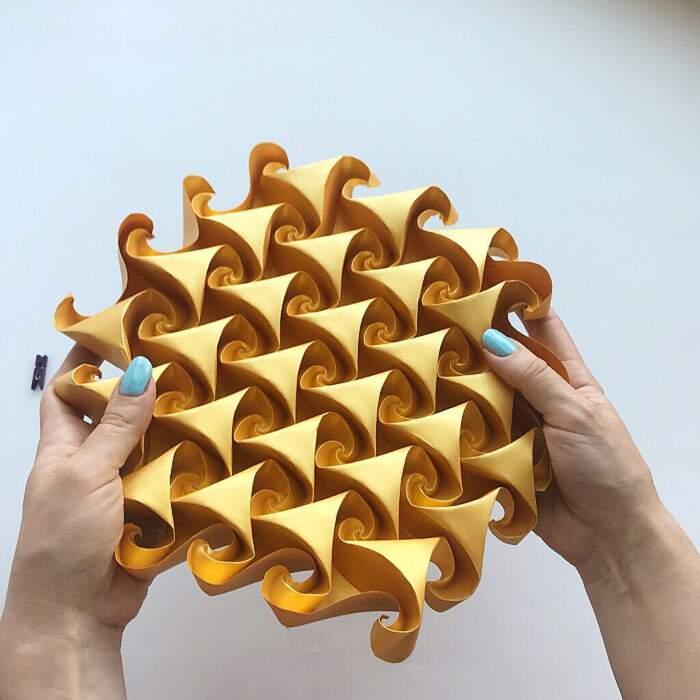 Tassellature con carta piegata che si espandono e si contraggono, Ekaterina Lukasheva
