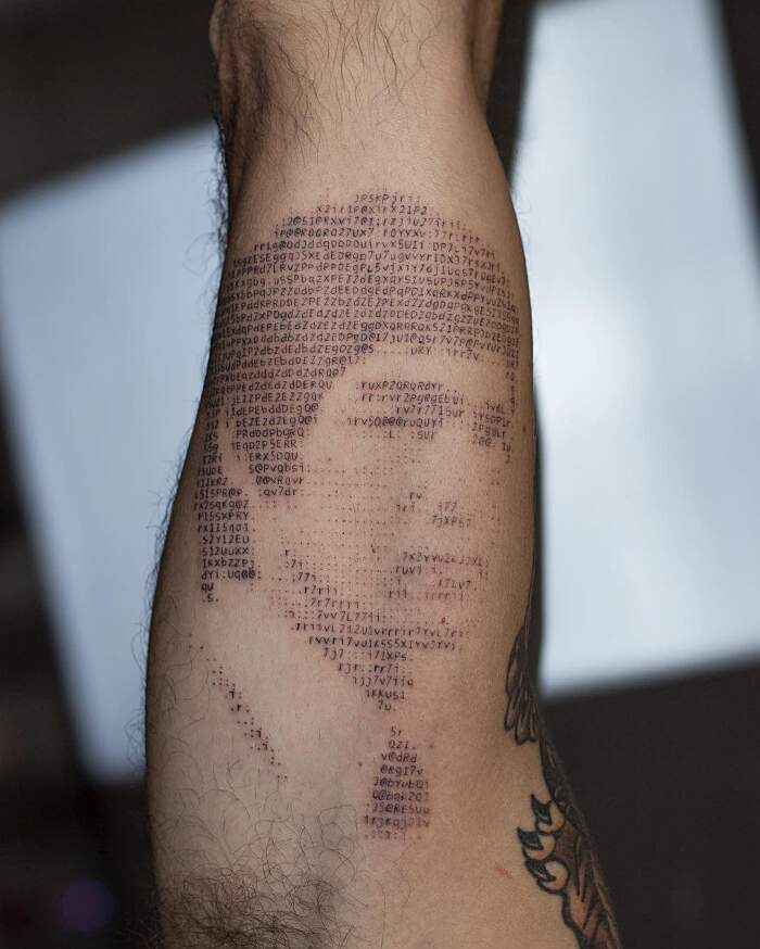 Tatuaggi con lettere caratteri ASCII, Andreas Vrontis