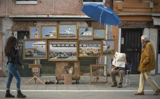 Non lo invitano alla Biennale ma Banksy espone ugualmente le sue tele per le strade di Venezia