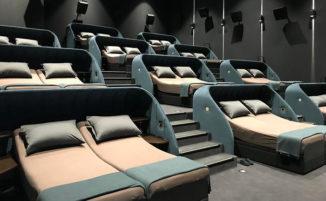 Questo cinema svizzero ha sostituito tutti le poltrone con letti matrimoniali