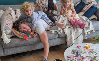Papà di 4 bambine mostra, con umorismo, che vuol dire fare il genitore