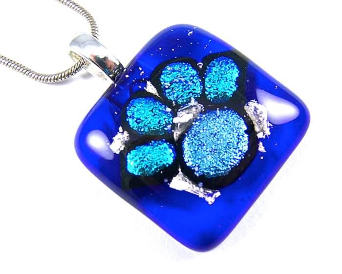 Trasformare le ceneri di cremazione del cane o gatto defunto in impronte di vetro