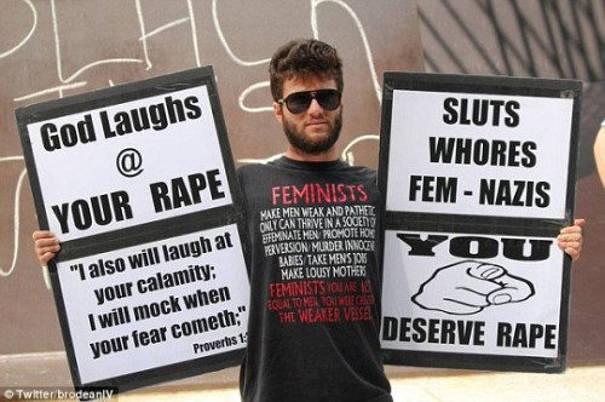 Prete Dean Saxton dice alle donne che meritano di essere stuprate, ragazza Tabitha Brubaker lo colpisce