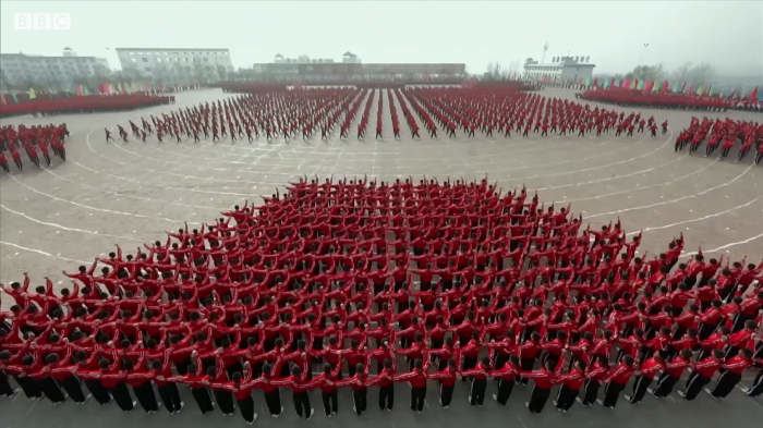 Incredibile video di un addestramento Shaolin Kung Fu sincronizzato visto da un satellite