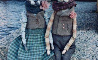 Artista crea realistiche bambole di gatti sphynx e le fotografa per le vie di San Pietroburgo