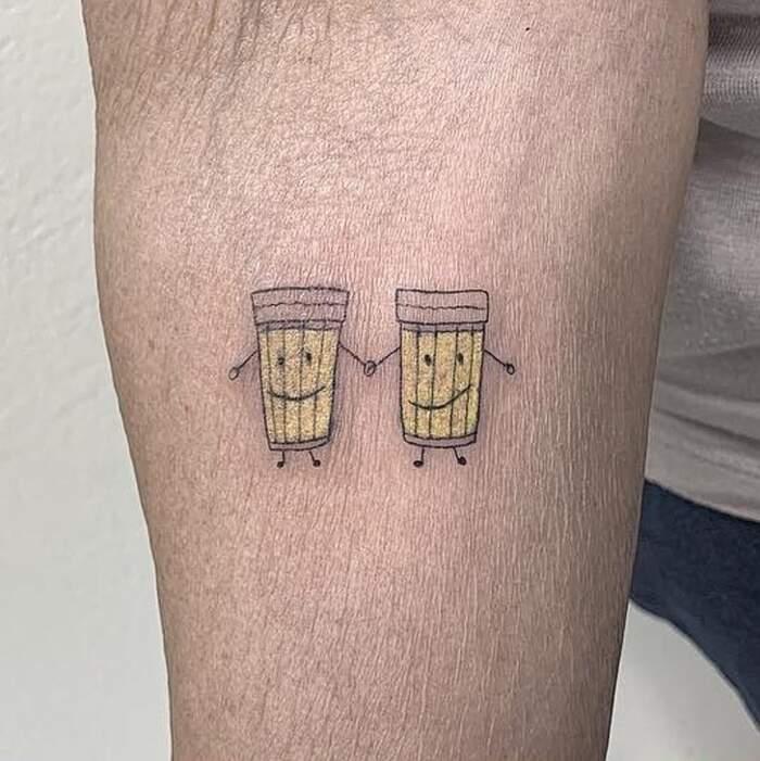 2 signore celebrano 30 anni di amicizia con un tatuaggio di coppia