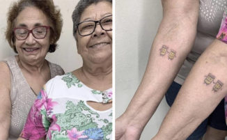 2 signore celebrano 30 anni di amicizia tatuandosi ciò che amano di più