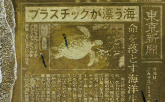 Scolpisce un editoriale sulla sabbia per chiedere al Giappone di ridurre la plastica