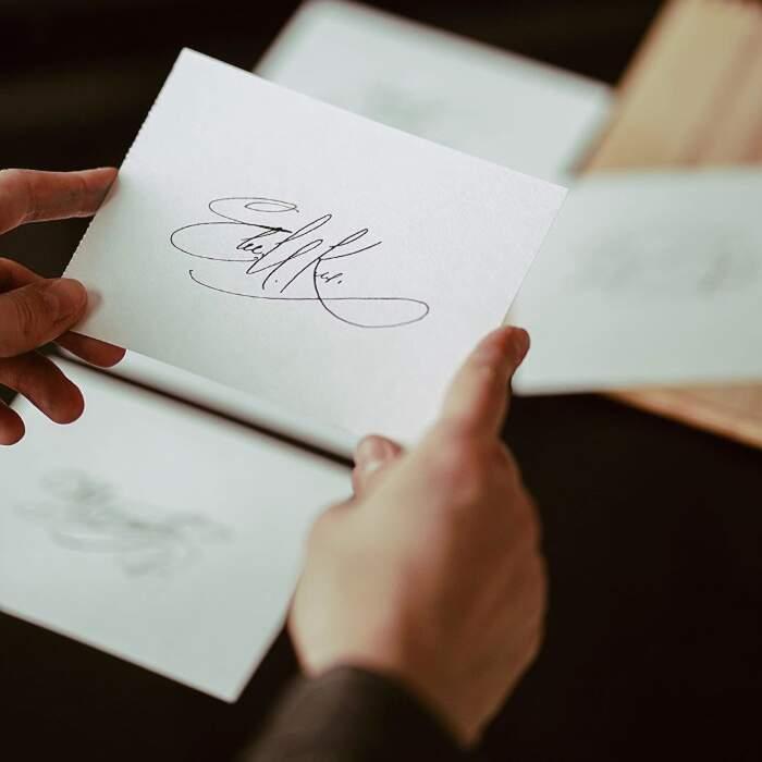 Studente si inventa un business redditizio aiutando a firmare in maniera elegante