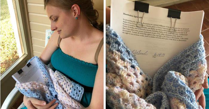 Si laurea e si fa le foto post-parto con la sua tesi dopo il travaglio più lungo di sempre