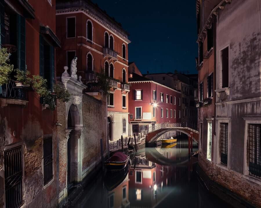 Venezia di notte e la sua silenziosa bellezza catturata dal fotografo Thibaud Poirier