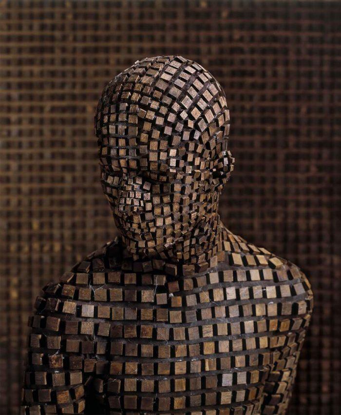 Un'installazione di sculture surreali ispirate da memorie dell'infanzia