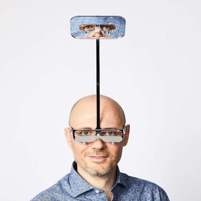 Un paio di occhiali consente alle persone basse di vedere oltre chi sta davanti