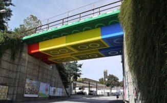In Germania c'è un ponte che sembra fatto con i LEGO, ma è street art