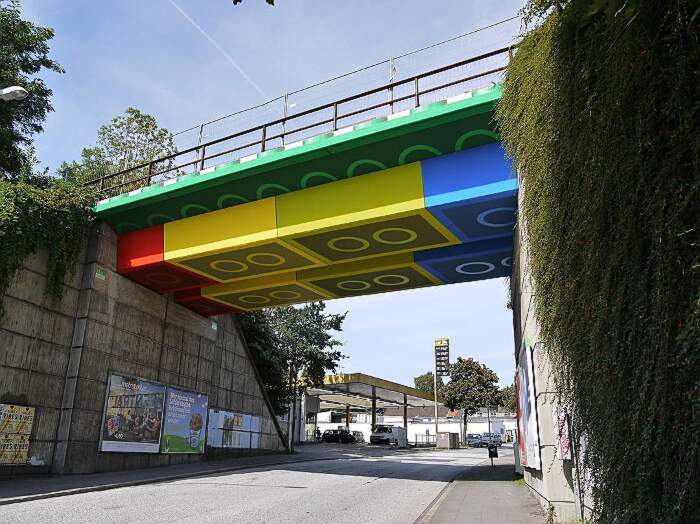 Street artist pittura un ponte LEGO in Germania