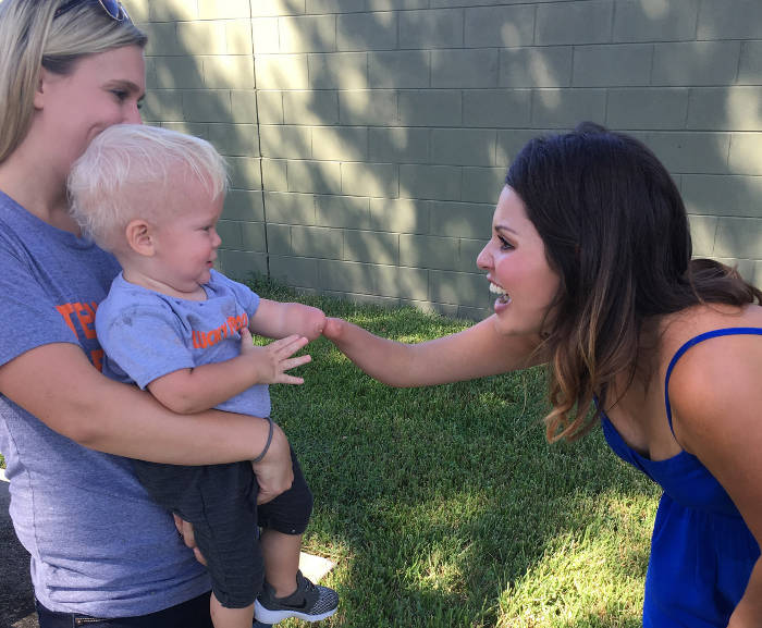 Bambino di 1 anno si accorge che una sconosciuta ha la sua stessa disabilità negli arti e l'abbraccia