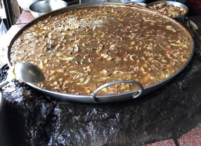 Il brodo perpetuo del ristorante Wattana Panich a Bangkok, Thailandia, cuoce da 45 anni