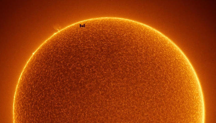 La NASA pubblica un'incredibile foto della Stazione Spaziale Internazionale che passa davanti al sole