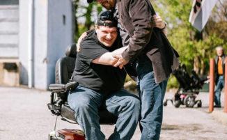 Imprenditore regala 580 sedie a rotelle elettriche a disabili, alcuni non uscivano di casa da anni