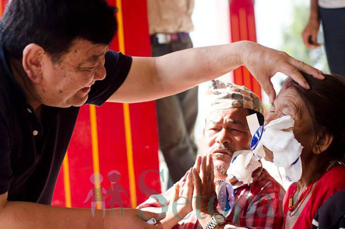 Oculista attraversa a piedi il Nepal per anni e restituisce la vista a 130.000 persone