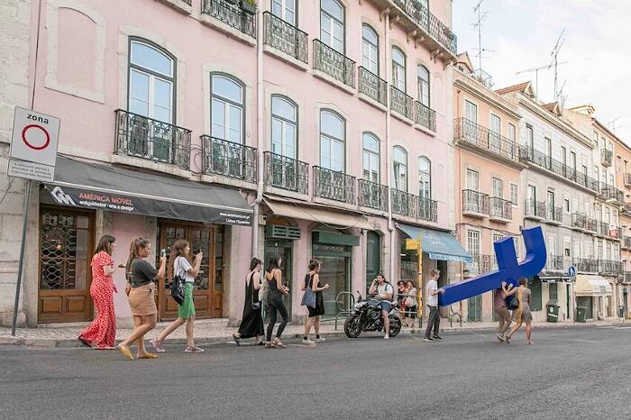 Performance Artistica Lisbona Carryng The Cross Filipe Vilas-Boas