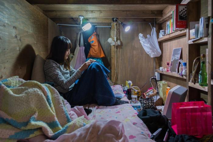 Ritratti sconcertanti di persone che vivono in minuscoli scomparti, succede a Tokyo