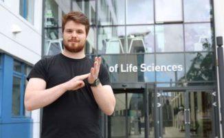 Universitario non udente inventa 100 nuovi segni per termini scientifici che aiuteranno altri studenti disabili