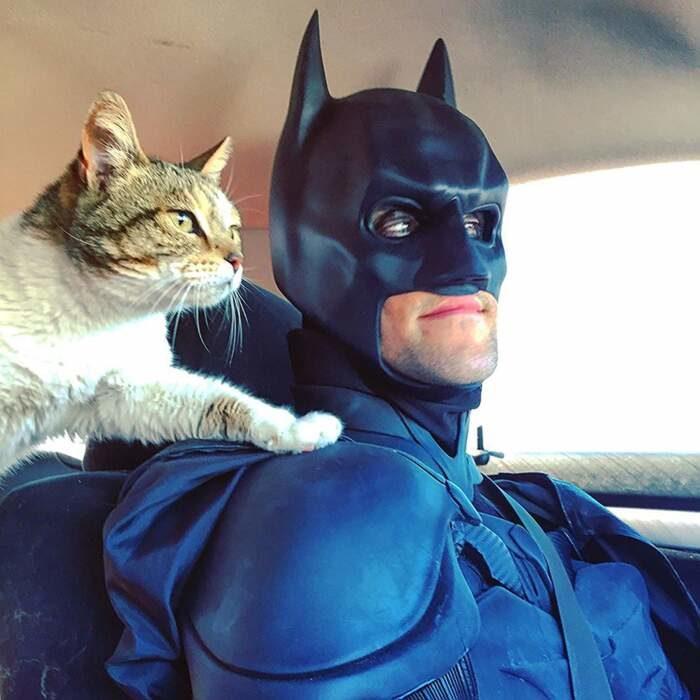 Si veste da Batman per salvare gli animali dall'eutanasia e trovare loro una casa