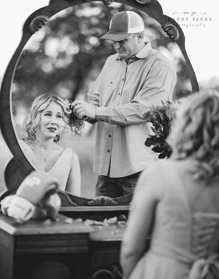 Fotografa cattura il dolore di una donna che si prepara alla lotta contro il cancro e del marito che le rade la testa