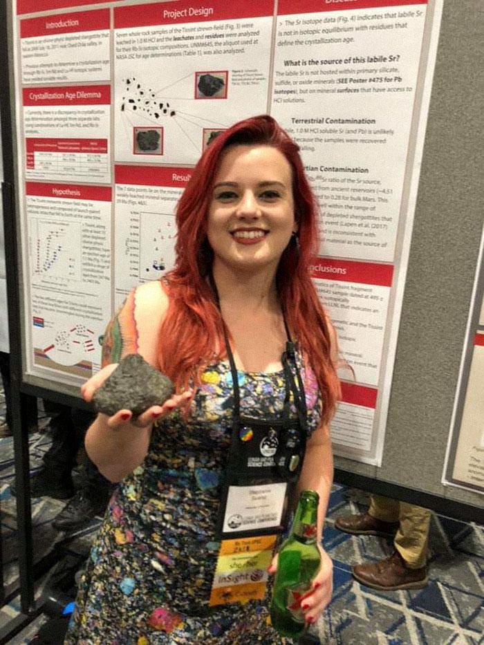 """Scienziata viene definita """"non professionale"""" perché ha tatuaggi e capelli rossi"""