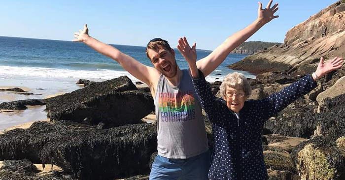 La nonna confessa di non aver mai visto il mare e il nipote la porta in un viaggio epico