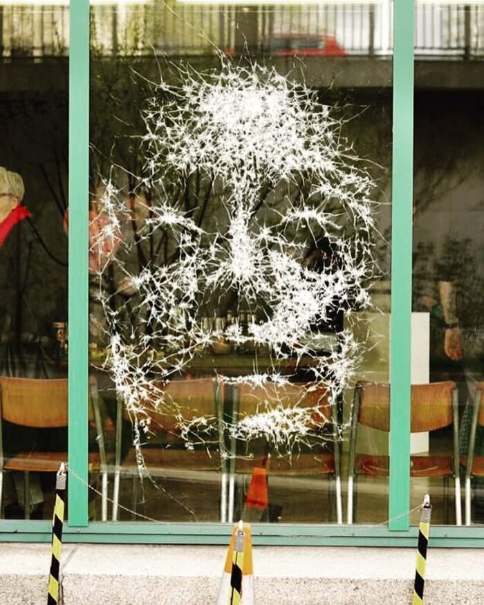 L'artista Simon Berger crea ritratti incrinando lastre di vetro