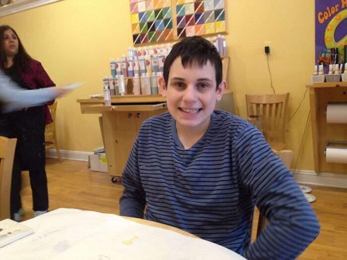 Rompe l'unico piatto che il fratello autistico usa per mangiare, chiede aiuto sui social ed ecco il miracolo
