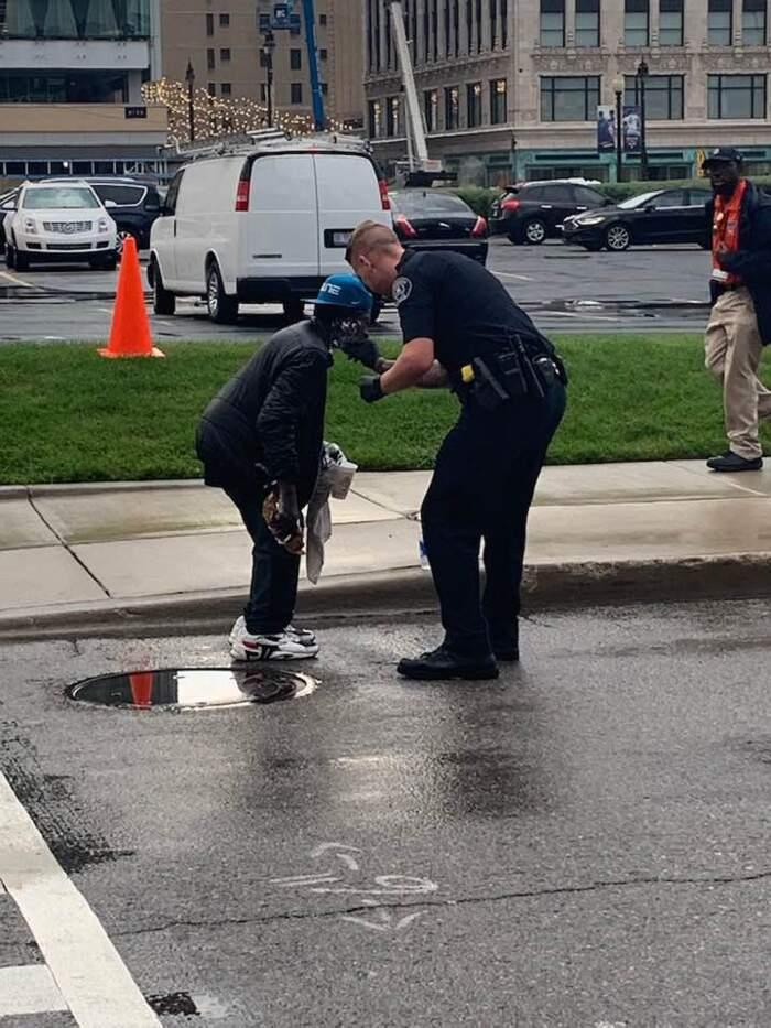 Agente di Polizia aiuta un senzatetto a radersi, una passante scatta le foto e diventano virali