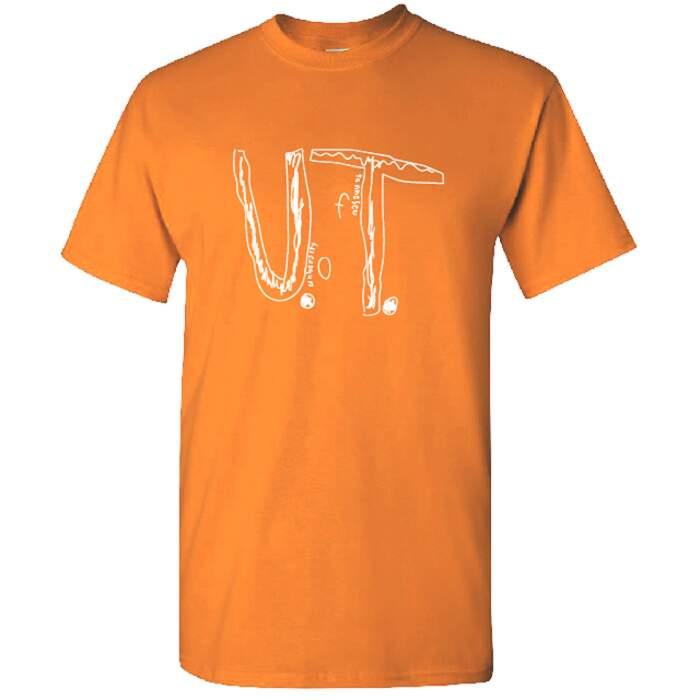 Bambino viene bullizzato per la sua maglietta fatta in casa, l'università la sceglie come T-shirt ufficiale