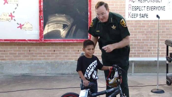 Bambino di 6 anni salva la vita della maestra e riceve dalla scuola una bici nuova