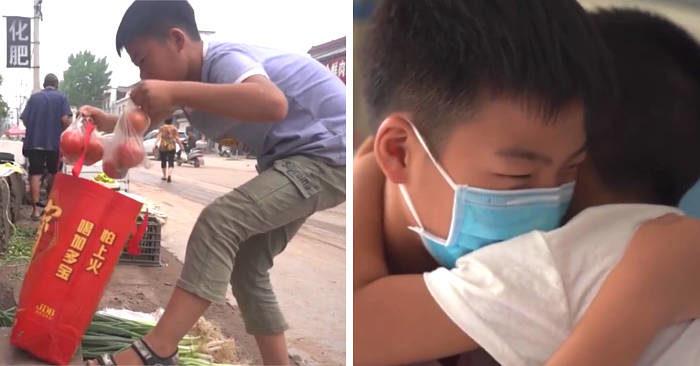 A 11 anni vende verdura prima di scuola per pagare le spese mediche del fratellino malato