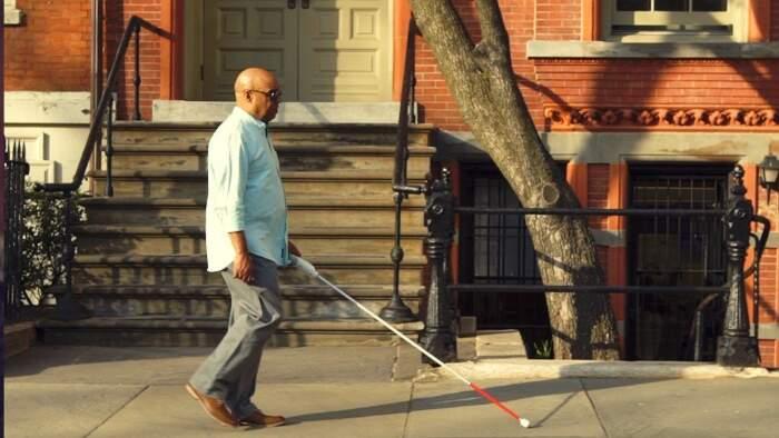 """Non vedente inventa bastone """"smart"""" che si orienta con Google Maps"""