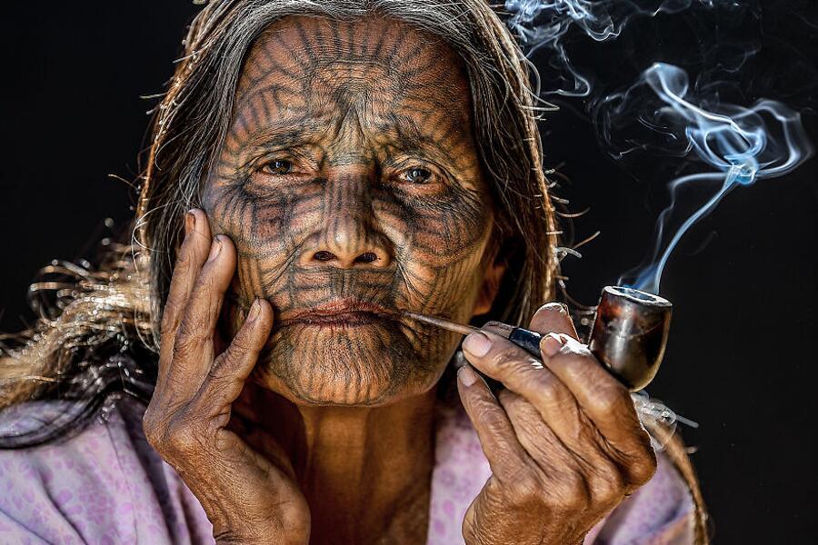 donna che risale donna anziana